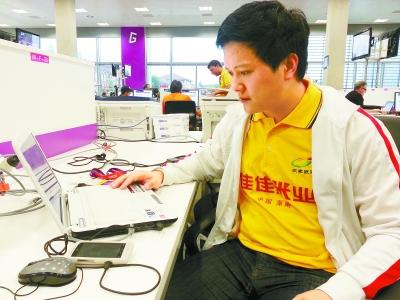 图为本报特派记者谭云东在伦敦奥运会奥林匹克公园主新闻中心报道奥运。 谭云东供图