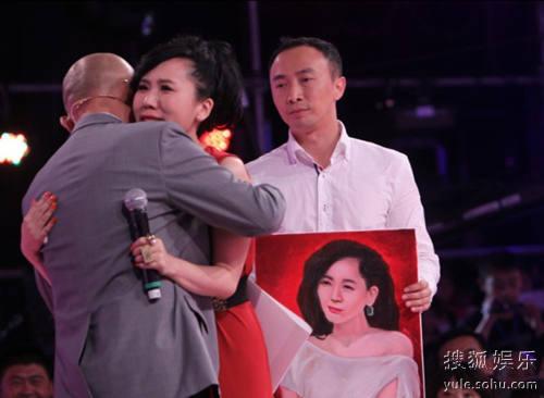 刘佳妮与孟非拥抱