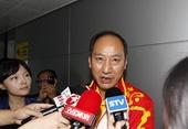 图文:刘翔出现在浦东机场 孙海平被媒体包围