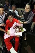 图文:刘翔出现在浦东机场 副市长亲自送上鲜花