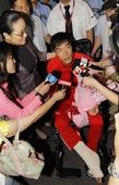 图文:刘翔出现在浦东机场 副市长陪伴接受采访