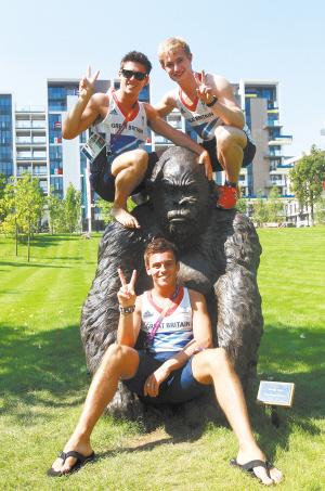 英国跳水选手戴利和队友们在奥运村内最受欢迎的大猩猩塑像前合影