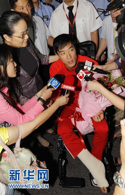 8月14日,刘翔在机场接受采访。当日,中国田径运动员刘翔由伦敦飞抵上海浦东国际机场。 新华社记者任珑摄