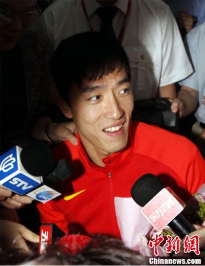 8月14日,刘翔一行由伦敦飞抵上海,在浦东机场刘翔接受了记者的采访。据悉,刘翔抵沪后将会直接去莘庄基地报到,近期的康复休整计划都会在那里执行。中新社发汤彦俊 摄