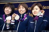 图文:日本女乒奥运会表彰会 展示银牌