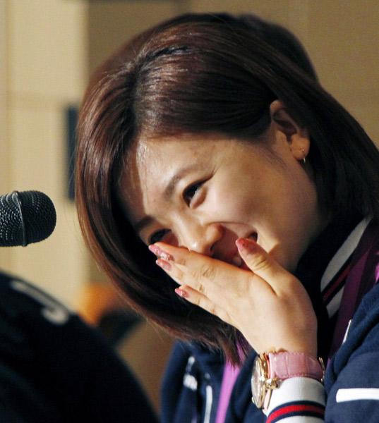 图文:日本女乒奥运会表彰会 福原爱羞涩的笑