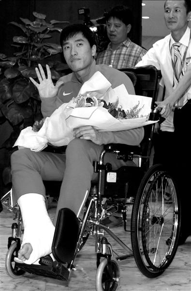刘翔坐轮椅现身机场,右脚仍打着石膏。图/东方IC