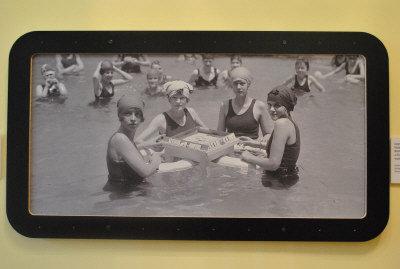 1924年,美国犹太妇女在泳池中一边消暑一边打麻将。美国《世界日报》/张敏毅摄影