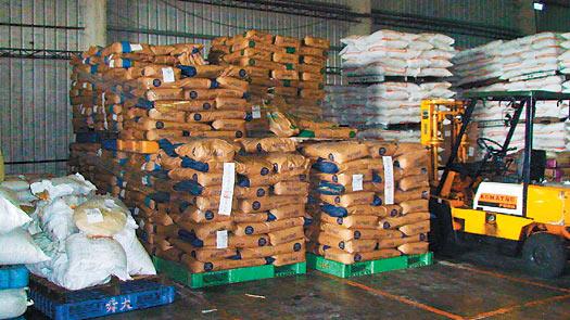 台南地检署查扣大批过期非供人食用的黑心奶粉。图片来源:台湾《联合报》