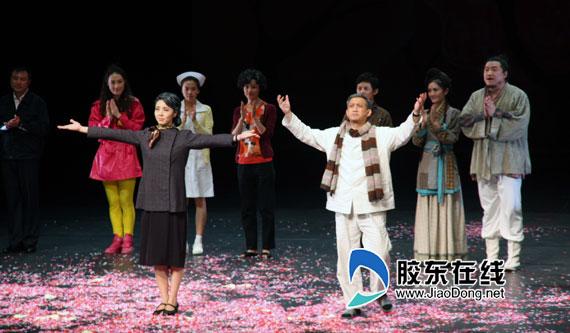 组图:何炅谢娜黄磊演话剧 搞笑胜过快乐大本营