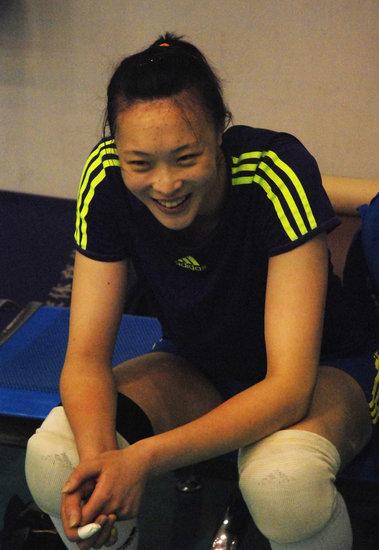 图文:中国女排备战亚洲杯惠若琪偷着乐