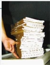 上图:长沙市公安局刑侦支队档案室,有关周克华的档案有近两尺高。见习记者 张明阳 摄