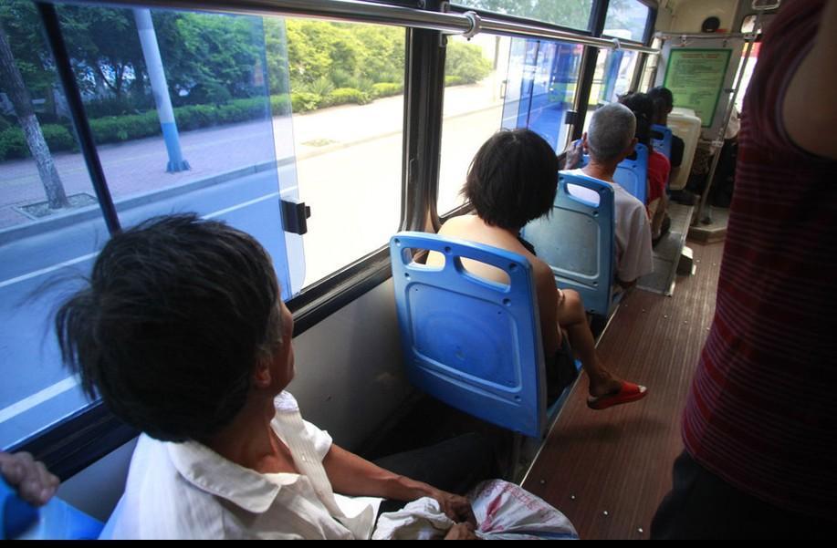 济南一女子赤裸上身坐公交 乘客避而远之