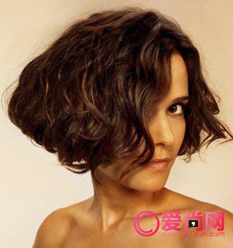 造型感极强的短发烫发发型图片