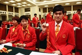 图文:中国体育代表团表彰大会 孙杨展示奖章