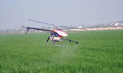 """8月17日,岳阳市屈原管理区""""全国种粮大户""""阳岳球新购的无人驾驶植保机,在做飞行及生物农药喷洒测试。"""