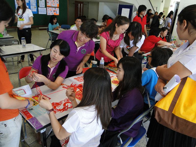 中国 孔院/中国老师在教来访学生编中国结 图片:泰国宋卡王子大学孔子学院