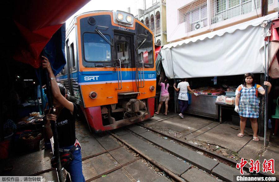 """实拍泰国危险""""铁道市场"""" 火车一天穿行8次"""