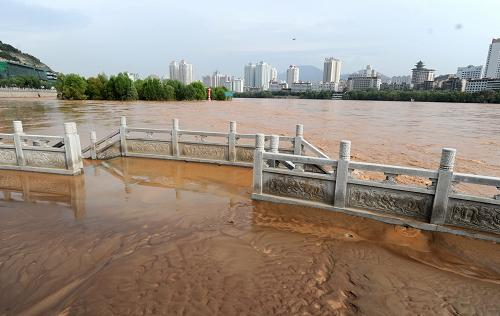 兰州/8月18日,上涨的黄河水已将兰州市黄河边龙源公园的部分设施...