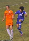图文:[中超]阿尔滨2-1人和 双方争抢激烈