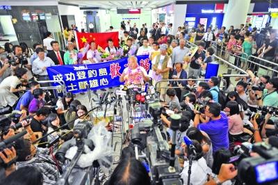 第一批保钓人士回到香港后,在机场接受采访。 IC供图