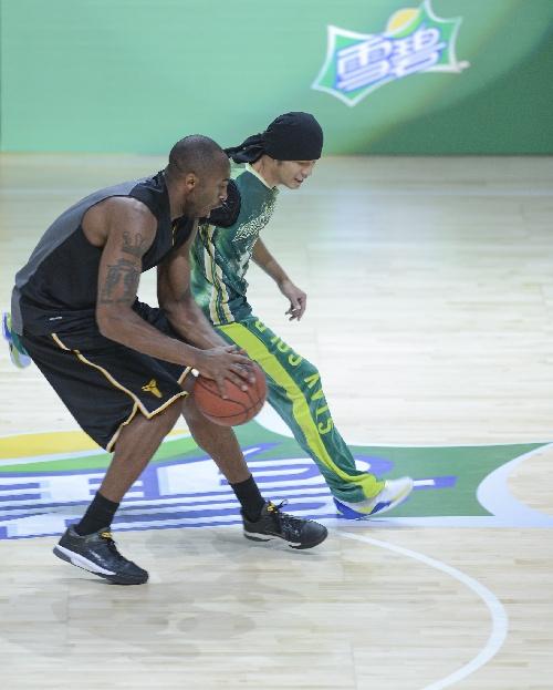 科比训练女篮明星_科比周杰伦明星篮球赛