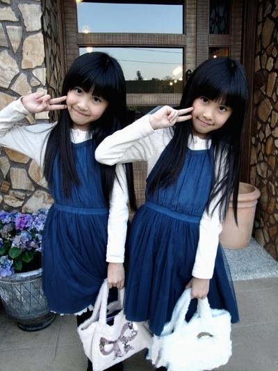 要怎样区分这对可爱的双胞胎姐妹呢?