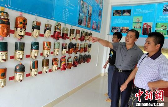 8月19日,广西环江县下南乡文化站展示的毛南族 肥套 傩面...