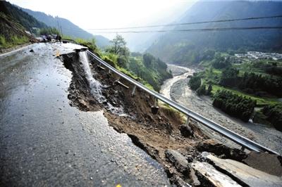 8月18日拍摄的四川省彭州市龙门山镇受灾现场。新华社发