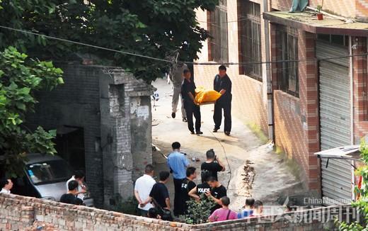 """8月14日,重庆""""8・10""""持枪抢劫案嫌犯周克华在重庆沙坪坝童家桥被警方击毙。图为周克华尸体运离。图/CFP"""
