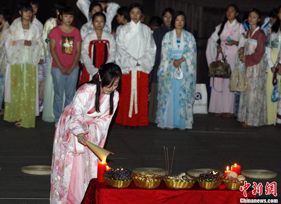 北京年轻女子七夕前夕