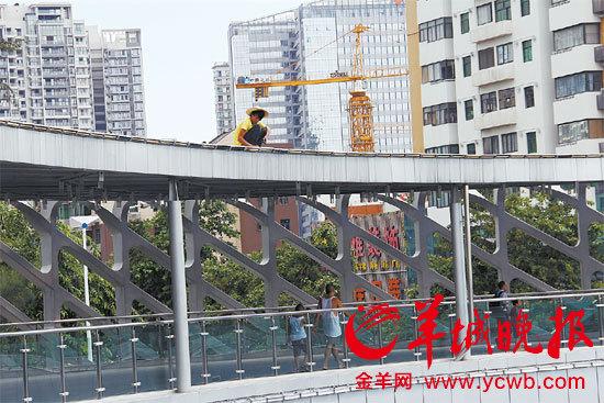 深圳/电工在天桥顶检修电灯线路