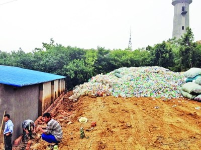 作坊 废旧 塑料瓶/大图:黑作坊院子后面废旧塑料瓶堆积如山。