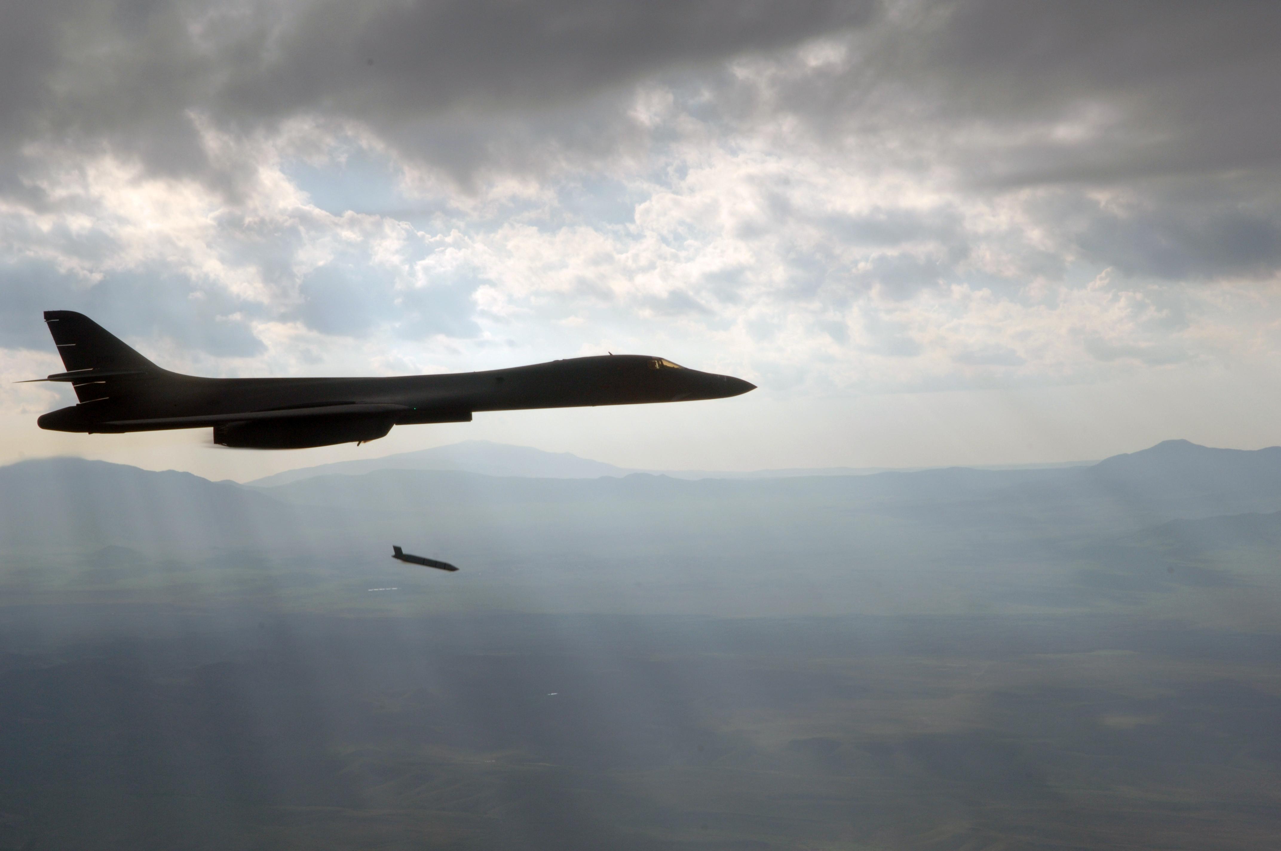 岳�y�b����l#�+_美国空军b-1b轰炸机即将具备实战使用轻型隐身空射巡航导弹的能力(图)