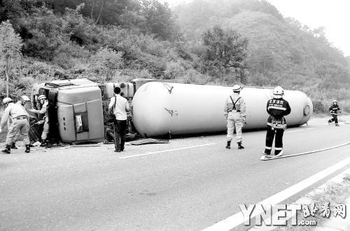消防 罐车/本报讯昨天早上6点05分,一辆由石家庄开往兴隆的危化品罐车在...