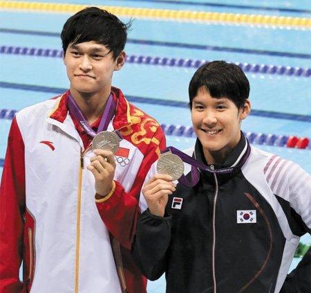 7月31日,在伦敦奥运会男子200米自由泳颁奖仪式上,孙杨与朴泰桓一起举着银牌庆祝。据悉,当时朴泰桓得到的是一枚假奖牌。