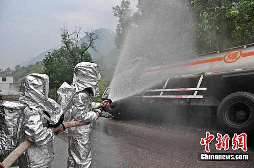 贵州玉屏15吨油罐车发生侧翻泄漏事故