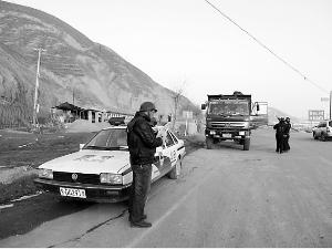枪案发生后,会宁警方在公路上设卡追捕凶手。 本报记者张鹏翔摄