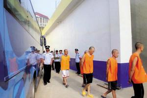 谢奎摄/将在押人员转至新看守所。本报记者谢奎摄