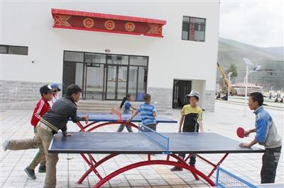 族自治州八一孤儿学校,同学们在崭新的乒乓球冰球伦德奎斯特