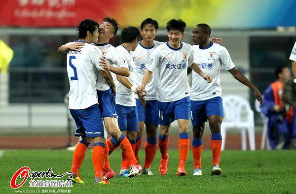 图文:[足协杯]人和1-1鲁能 王永珀与队友庆祝