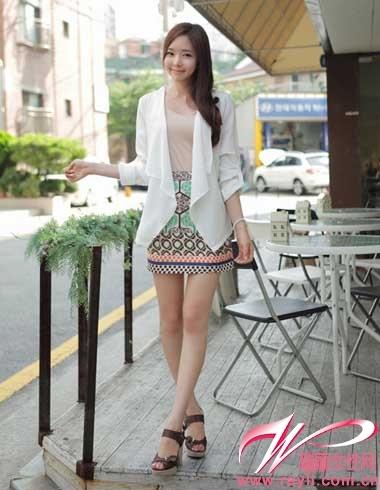 小外搭_白色小外套搭配裸粉色内搭和印花包臀迷你裙