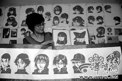 雷俊的动漫人物剪纸,小孩子一眼认出 本报记者 叶原 摄