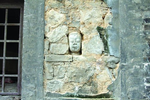 石窟寺佛首置于墙中