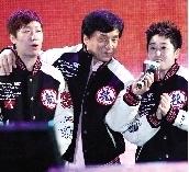 于洋、王晓理两位消极比赛事件主角与成龙合唱,但似乎显得不在状态。