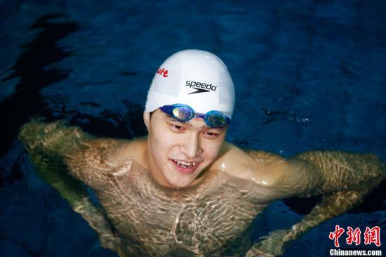 2012年8月10日,叶诗文、孙杨回母校探访,下泳池指导被媒体包围。Osports全体育图片社