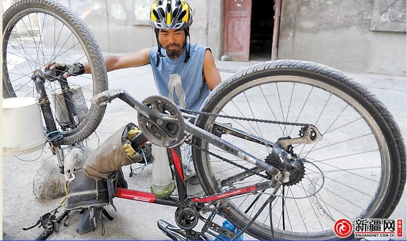 在乌鲁木齐,钟宁豪正在修整调试单车