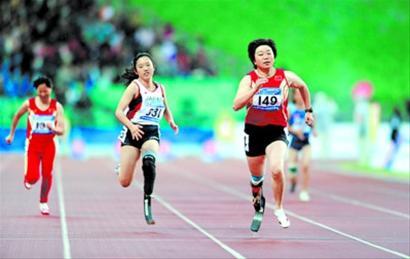 2010年亚残运会田径女子100米T44级决赛中,汪涓夺冠。  新华社资料照片