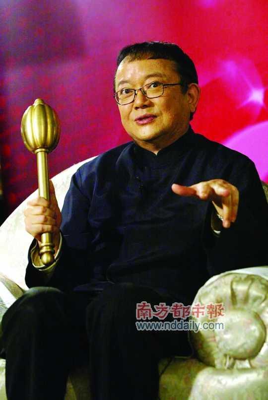 王刚有 王刚/王刚有一把紫金锤,如果经在场专家鉴定持宝人的瓷器为假,在...