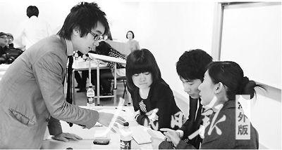 图为张伟成(左一)于二一一年三月底在英国帝国理工大学辩论赛现场和辩论队准备比赛。